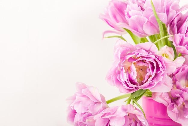 ピンクの鍋に牡丹風チューリップの美しい束
