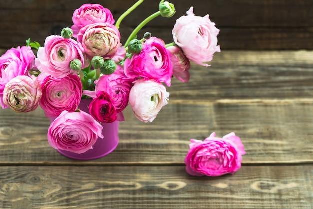 ピンクラナンキュラス、キンポウゲの花の花束