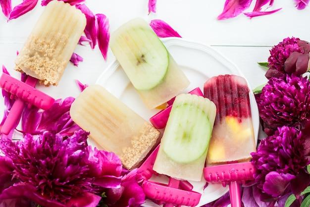 冷凍アップルジュースとベリーの自家製ビーガンアイスキャンデー