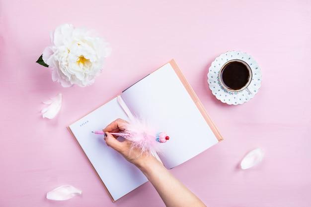 Завтрак с ноутбуком, кофе и хорошим настроением