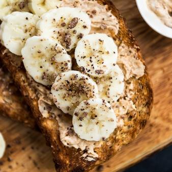 ピーナッツバターとバナンの全粒粉パンのトースト