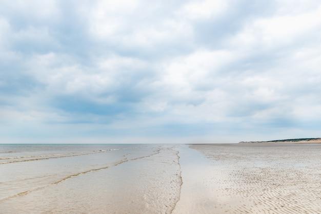 Песчаный пляж формби возле ливерпуля в пасмурный день