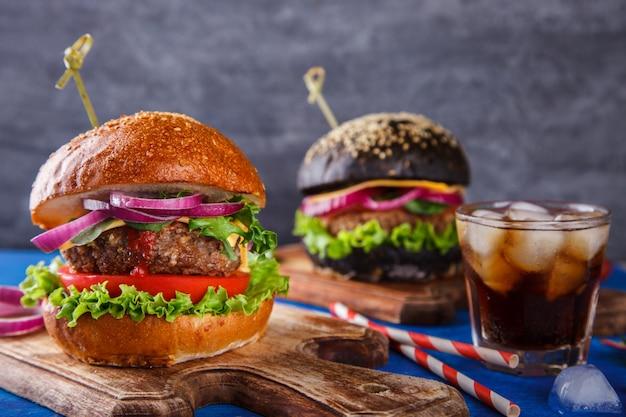 白と黒のパンと牛肉のハンバーガー