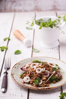 玉ねぎとミントドレッシングのレンズ豆。セレクティブフォーカス