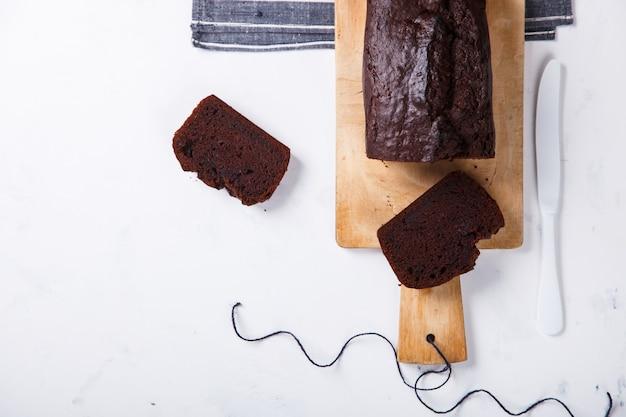 Торт, кекс с бананами и шоколадом. домашние торты на светлом фоне. копировать пространство для текста