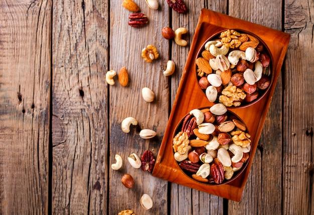 木の板でミックスナッツ