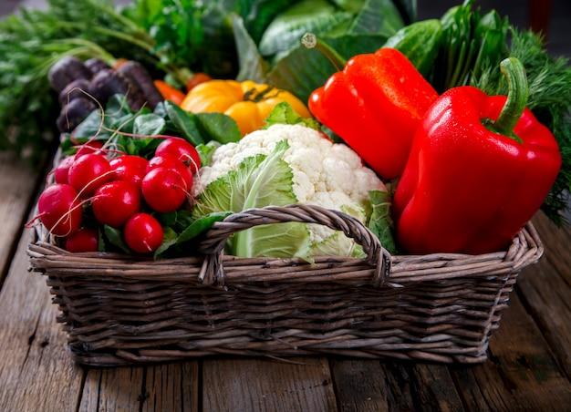 新鮮な農場の野菜が入った大きなバスケット。収穫