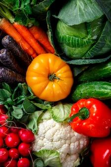 Большая корзина с различными свежими фермерскими овощами. урожай