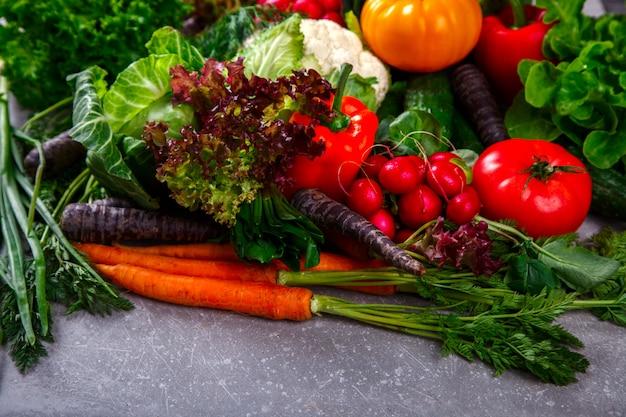 野菜の背景。さまざまな新鮮な農場の野菜