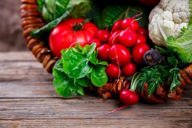 新鮮な農場の野菜が入った大きなバスケット。収穫。食べ物や健康的な食事のコンセプトです。