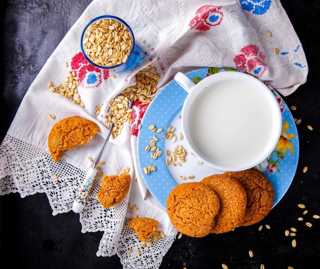 ミルクとオートミールクッキー。デザート、健康食品のコンセプト