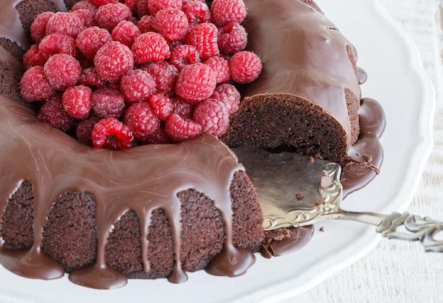 ラズベリーとチョコレート艶出しのチョコレートケーキ。