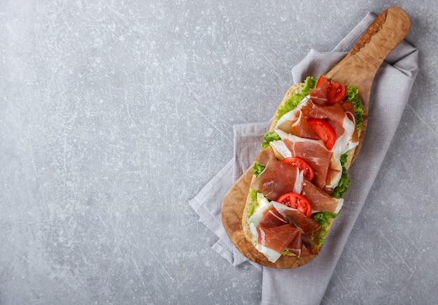 チャバタ、生ハム、ブリーチーズ、レタスのサンドイッチ
