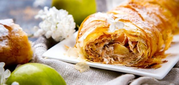 Штрудель яблочный и сахарная пудра. бисквит