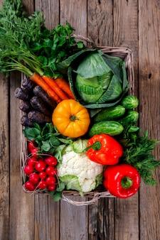 新鮮な農場の野菜が入った大きなバスケット
