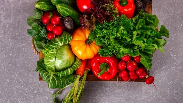 野菜の背景さまざまな新鮮な農場の野菜。