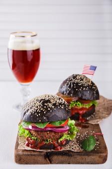黒パンと牛肉のハンバーガー