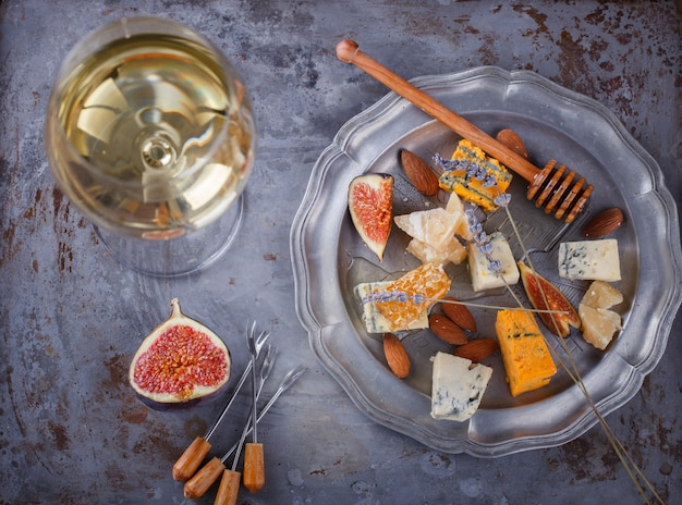 赤ワインと白ワインのグレープ、チーズ、イチジク、蜂蜜