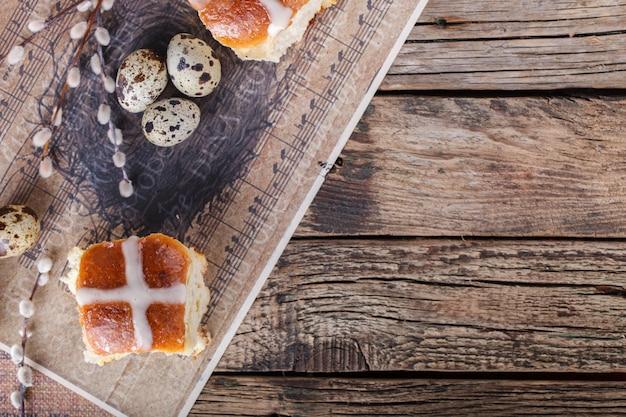木製の背景にイースターホットクロスパン