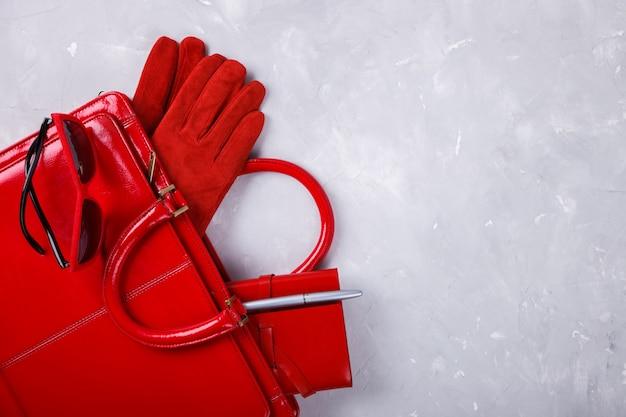 赤い色のファッション女性の静物。