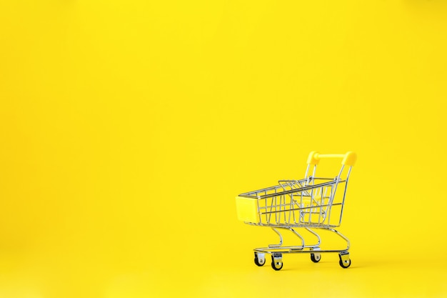 ショッピングカートのトロリーバスケットは空です