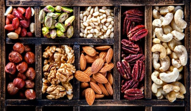 Орехи, смешанные в деревянной винтажной коробке. ассортимент, грецкие орехи