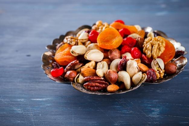Орехи и сухофрукты смешать. концепция здорового питания.