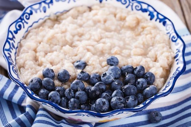 ブルーベリーとオートミール。健康的な夏の朝食。