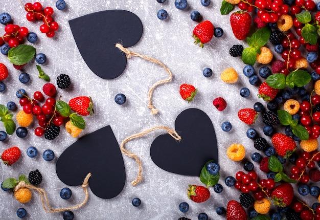 心を持つ様々な新鮮な夏の果実