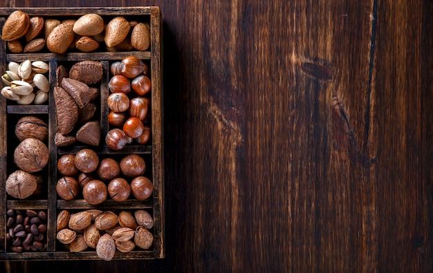 木製の箱にミックスナッツ