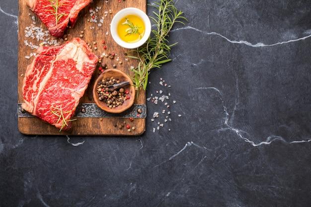 生の新鮮な肉牛肉のステーキ。パーティー料理。