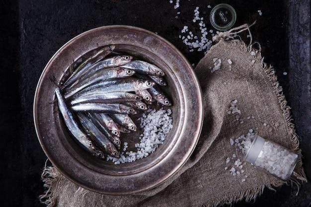 Анчоус свежая морская рыба. летняя вечеринка еды