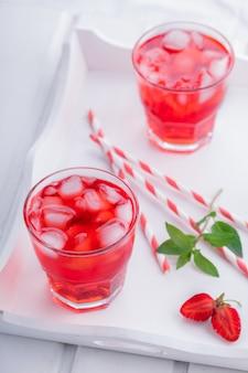 Клубничный напиток лето для вечеринок.