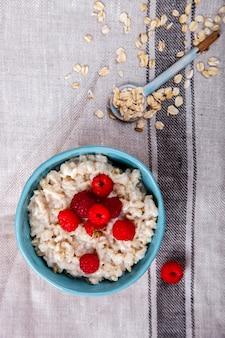 新鮮な果実とオートミールのお粥。夏の健康的な朝食