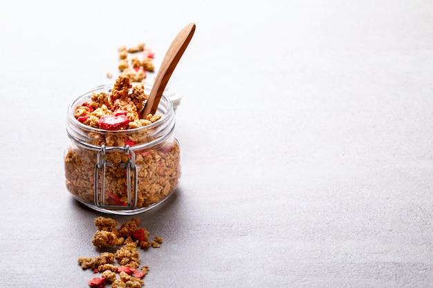 グラノーラシリアルバー。夏の健康的な朝食