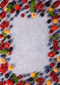 Различные свежие летние ягоды.