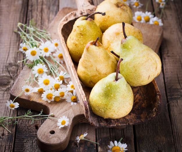 高齢者の木製の背景に梨