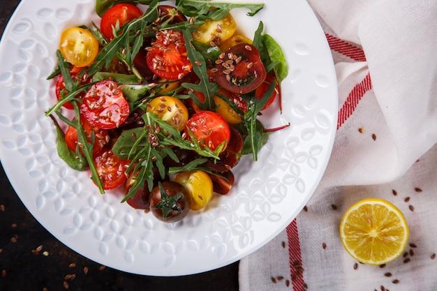 ルッコラと新鮮な色のチェリートマトのサラダ