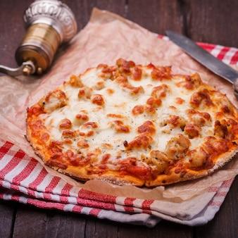 チキンとモッツァレラチーズのピザ