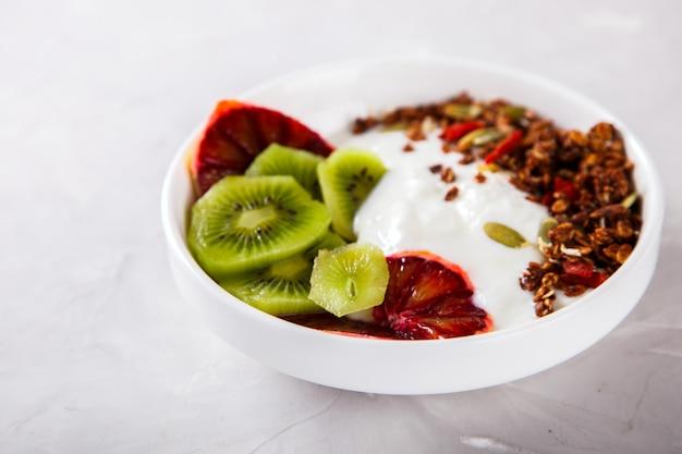 グラノーラ、キウイと赤オレンジのヨーグルト。朝食に便利