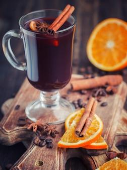 Традиционный глинтвейн со специями. рождественский согревающий напиток