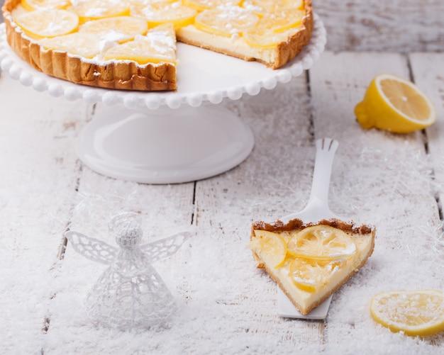 Лимонный пирог. рождественские и новогодние праздничные украшения.
