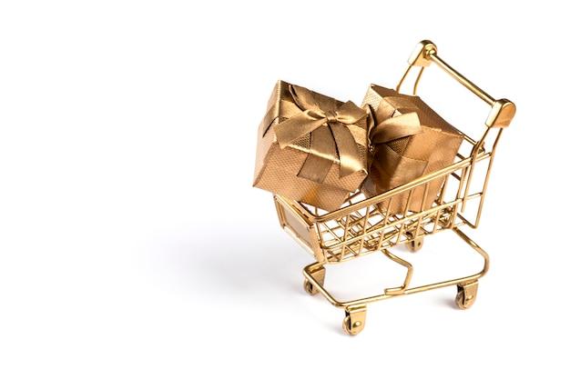 Корзина-тележка, корзина золотого цвета с подарками.