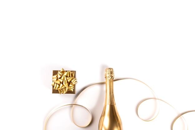 Украшенная бутылка золотого шампанского. символ рождества.