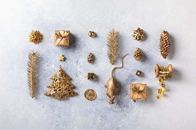 Рождественская или новогодняя композиция в золотом цвете.