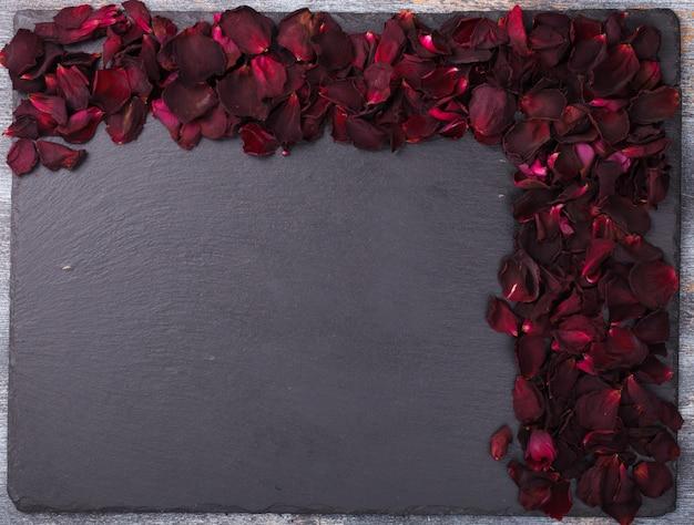 赤いバラの花びらの背景