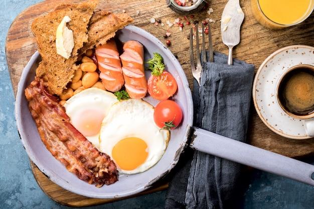 フライパンでの伝統的な英国式朝食