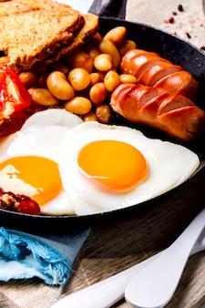 フライパンの卵で伝統的な英国式朝食