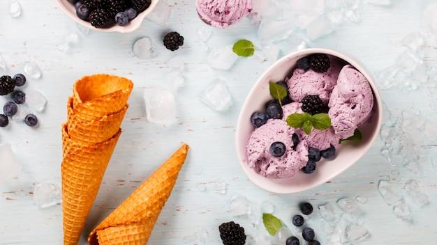 Мороженое из ягод, черники, ежевики