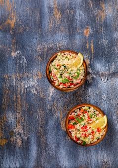 Салат из кускуса на тарелке. традиционный ближневосточный